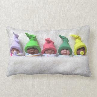 Bebés con los gorras del duende que duermen, manta cojines