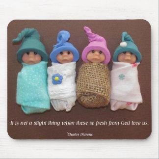 Bebés de la arcilla con cita de Charles Dickens Alfombrillas De Raton