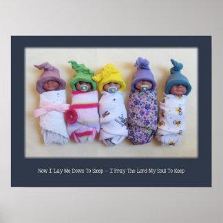 Bebés de la arcilla del polímero, rezo de la hora  póster