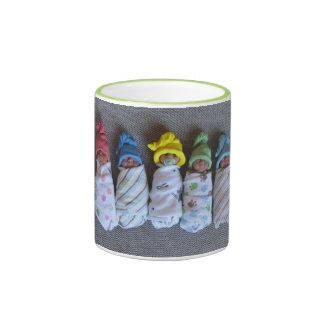 Bebés de la arcilla del polímero, Swaddled, con Taza De Dos Colores