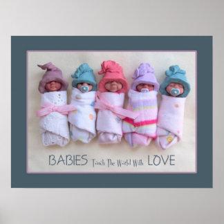 Bebés de la arcilla: Los bebés tocan el mundo con  Poster