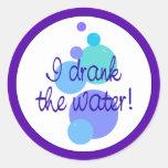 Bebí el agua pegatina redonda