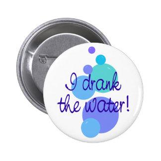 Bebí el agua pin redondo de 2 pulgadas