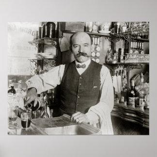 Bebida de colada del camarero 1910 poster