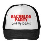 Bebida de la despedida de soltero encima del negro gorro de camionero