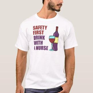 Bebida de la seguridad primero con la enfermera playera