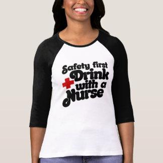 Bebida de la seguridad primero con una ENFERMERA Playeras