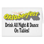 ¡Bebida de Octoberfest toda la noche y danza en la Felicitaciones