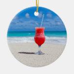 Bebida en el ornamento de la playa adorno navideño redondo de cerámica