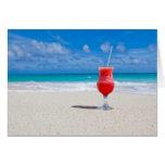 Bebida en tarjeta de felicitación de la playa