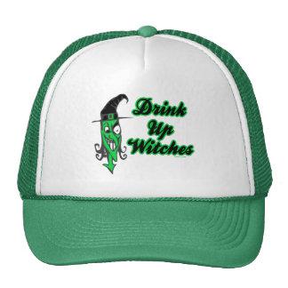 Bebida encima de los gorras de las brujas