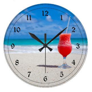 Bebida escarchada en la playa reloj redondo grande