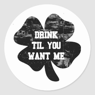 Bebida hasta que usted me quiere St Pat Pegatina Redonda
