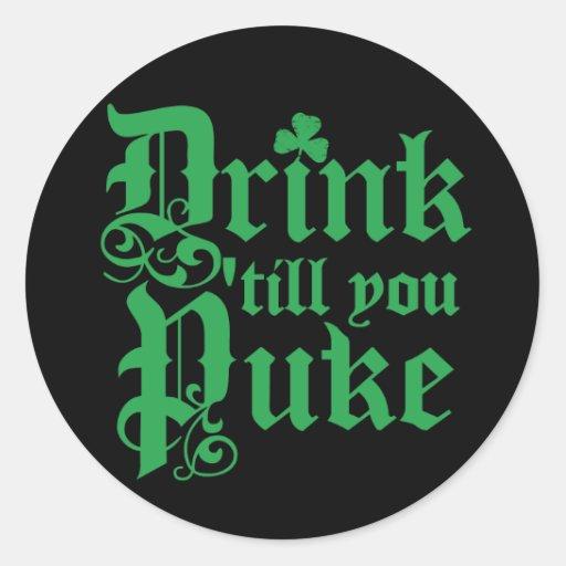 Bebida hasta que usted Puke Etiqueta Redonda