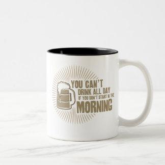 bebida linada todo el día si usted no comienza en taza de café de dos colores