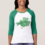 Bebida para arriba para el día del St Patricks Camiseta