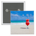 Bebida roja de la fresa en la playa de Sandy Pin