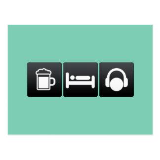 Bebida, sueño y auriculares postal