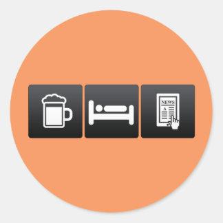 Bebida, sueño y servicios de noticias pegatina redonda