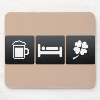 Bebida, sueño y tréboles afortunados mousepad