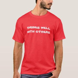"""""""Bebidas bien con otras"""" camiseta"""