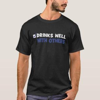 Bebidas bien con otras camiseta