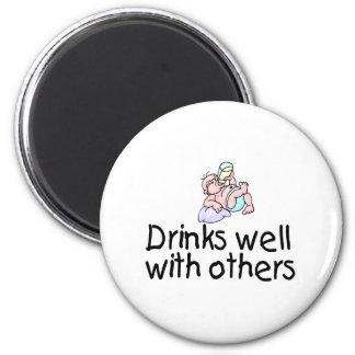 Bebidas bien con otras imán redondo 5 cm