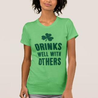 Bebidas bien con otras playera