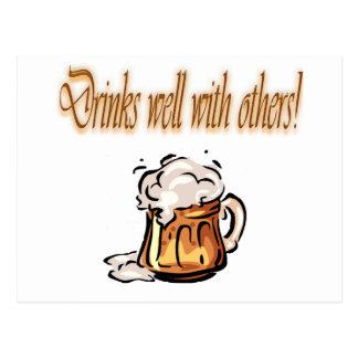 Bebidas bien con otras taza de cerveza postal