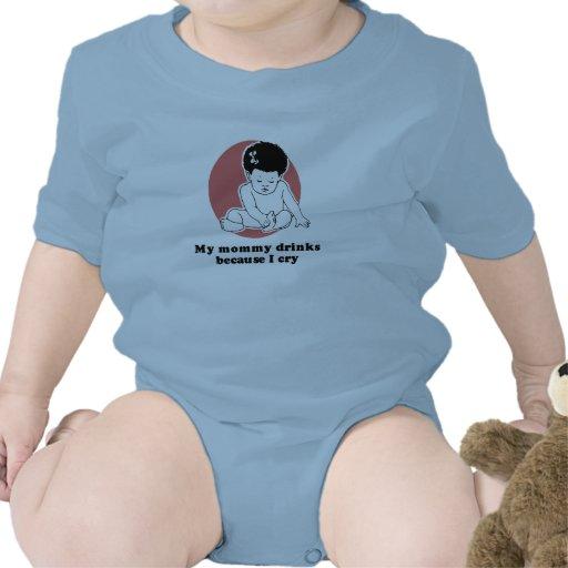 Bebidas de la mamá porque lloro camiseta del bebé
