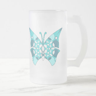 Bebidas heladas de cristal con el modelo lindo taza de cristal