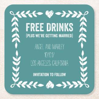 Bebidas libres que consiguen a reserva casada el posavasos de cartón cuadrado