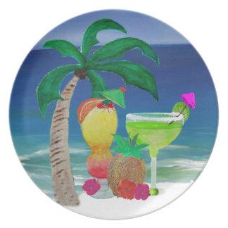 Bebidas tropicales de la playa plato de cena