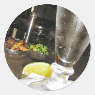 Bebidas y nueces pegatina redonda