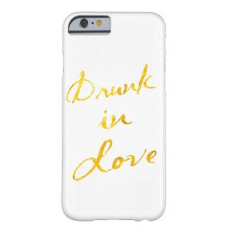 Bebido en caso del iPhone 6 del amor - blanco y Funda Para iPhone 6 Barely There