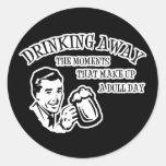 Bebiendo lejos los momentos que componen un día etiqueta redonda