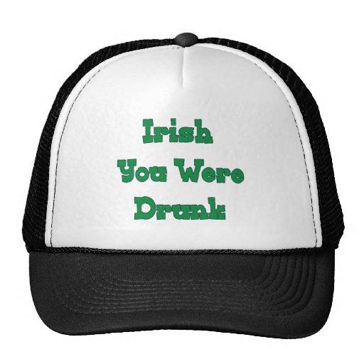 Bebieron a los irlandeses sus gorro