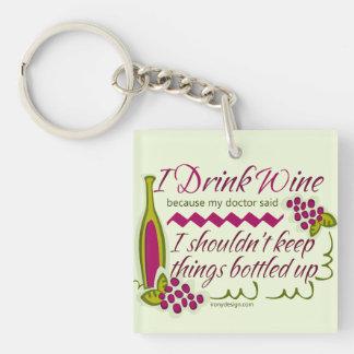 Bebo cita divertida del vino llavero cuadrado acrílico a doble cara