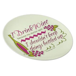 Bebo cita divertida del vino plato de comida