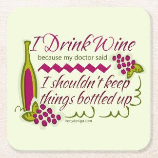 Bebo cita divertida del vino posavasos desechable cuadrado