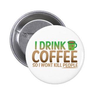Bebo el CAFÉ así que no mataré a gente Pin Redondo De 2 Pulgadas