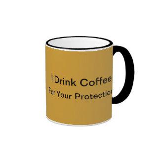 Bebo el café para su protección taza