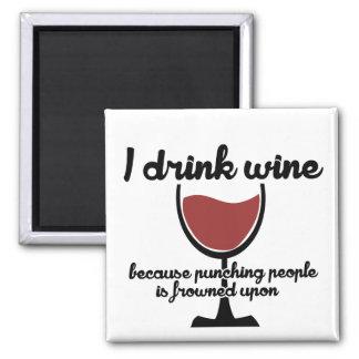 Bebo el vino porque fruncen el ceño a la gente de imán cuadrado