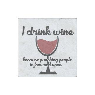 Bebo el vino porque fruncen el ceño a la gente de imán de piedra