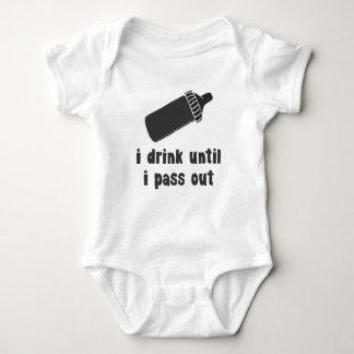 bebo hasta que pase hacia fuera la camisa del bebé
