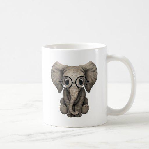 Becerro lindo del elefante del bebé con los vidrio taza de café
