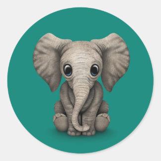 Becerro lindo del elefante del bebé que se sienta, pegatina redonda