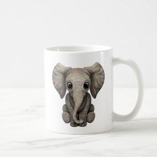 Becerro lindo del elefante del bebé que se sienta taza