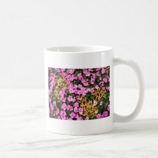 Begonias y coleo rosados taza clásica
