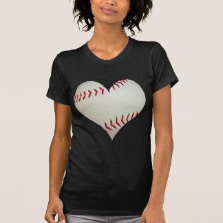 Béisbol americano en una forma del corazón remera